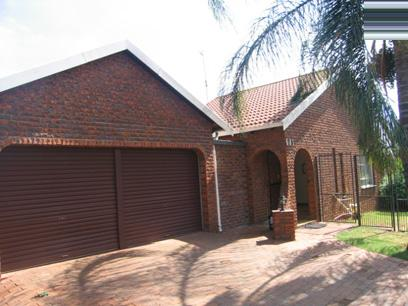 3 Bedroom House for Sale For Sale in Faerie Glen - Home Sell - MR34108