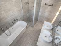 Main Bathroom of property in Theescombe AH