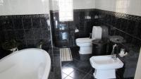 Main Bathroom - 17 square meters of property in Northcliff