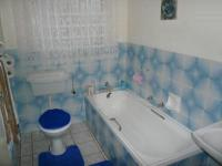 Main Bathroom - 10 square meters of property in Heuweloord