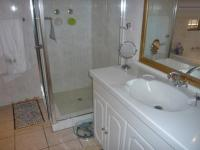 Bathroom 2 - 10 square meters of property in Bedfordview